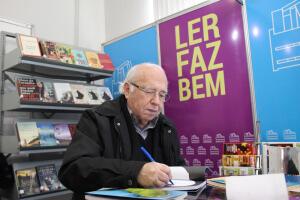 Verissimo no estande da Biblioteca Municipal |Foto Tiago Amado